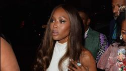 Naomi Campbell kaart probleem aan met bebloede jurk