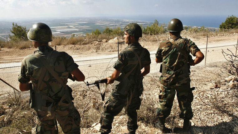 Libanese soldaten kijken over de grens naar Israël Beeld ap