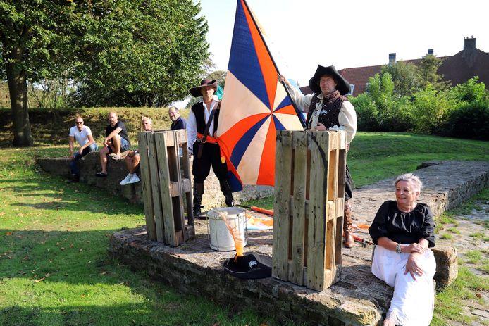 De actiegroep laat met houten pallets op het 1 aprilmonument zien dat ze de plannen 'wanstaltig' vindt.