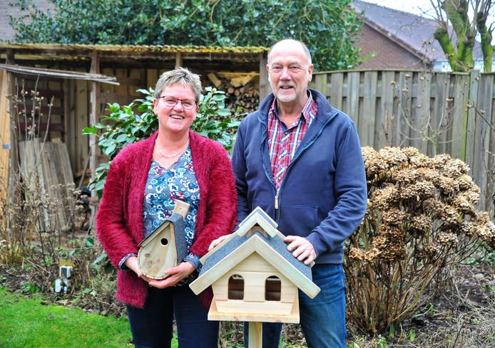 Klaaske van Leussen en Henk Schalen met vogelhuisjes die Henk maakt en verkoopt voor zijn goede doel.