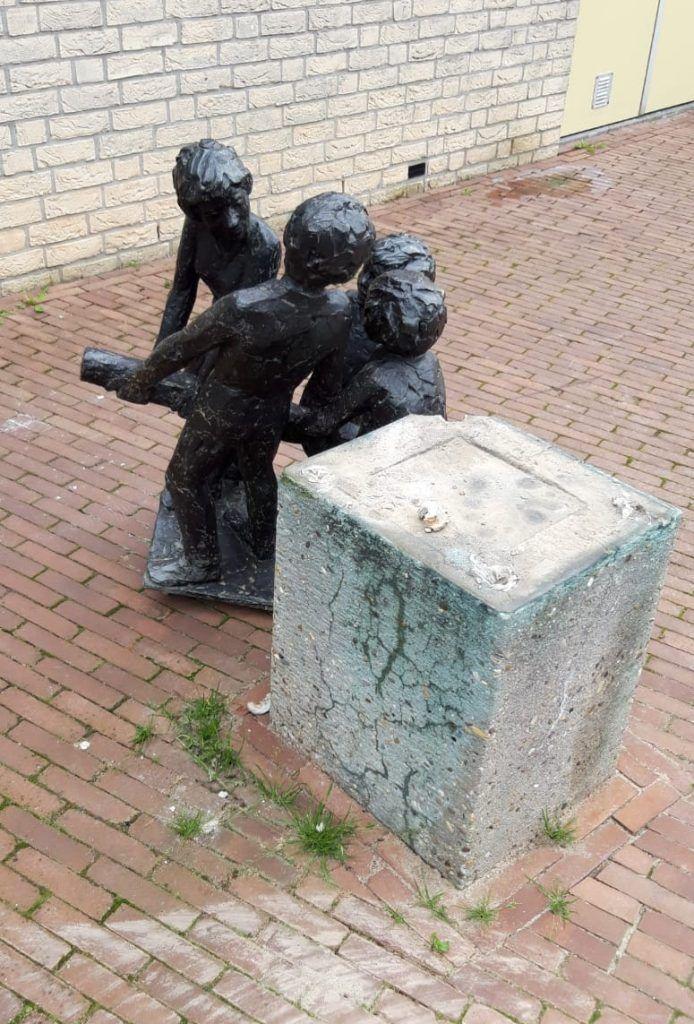 Het standbeeld bij het Kulturhus aan de Dorpsstraat in Diepenveen staat naast zijn sokkel. Gaat het om vandalisme of om een poging tot diefstal?