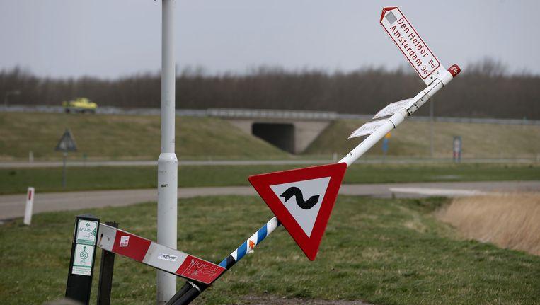 Een door de storm omgewaaid verkeersbord bij Harlingen. Beeld anp