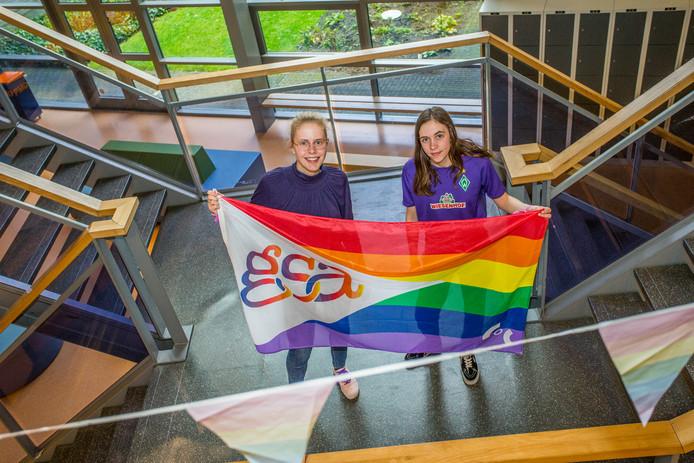Ylse en Laura (beiden 17 jaar oude) houden de vlag omhoog van de Gender & Sexuality Alliance omhoog tijdens de door hen georganiseerde Paarse Vrijdag. Op deze dag proberen leerlingen zelf het gesprek aan te wakkeren over homoseksualiteit, lesbiennes, bi en interseksuelen om het taboe rondom dit onderwerp te doorbreken.