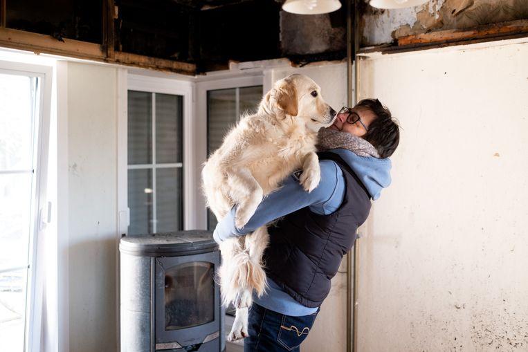 Nancy Hendrickx met haar hond Nala, die haar leven redde toen haar kachel 's nachts vuur vatte.