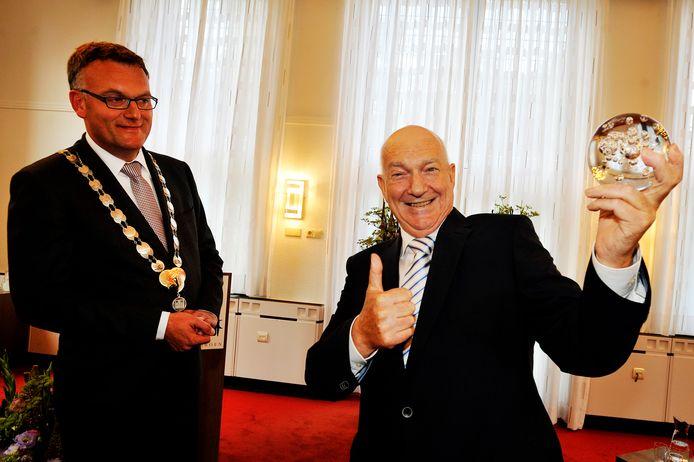 In 2011 ontving Cas Spijkers, ernstig ziek al, de Parel uit handen van burgemeester Hans Janssen van Oisterwijk.