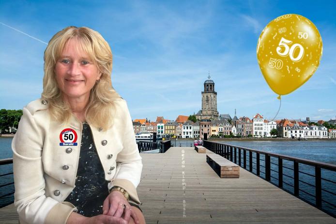 Gerda Klomp (50) glundert van oor tot oor na de speciale verjaardagsboodschap van sportcommentator Sierd de Vos.