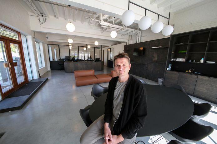 Arne Vandendriessche van Signpost in het nieuwe hoofdkwartier op Appel in Kortrijk.