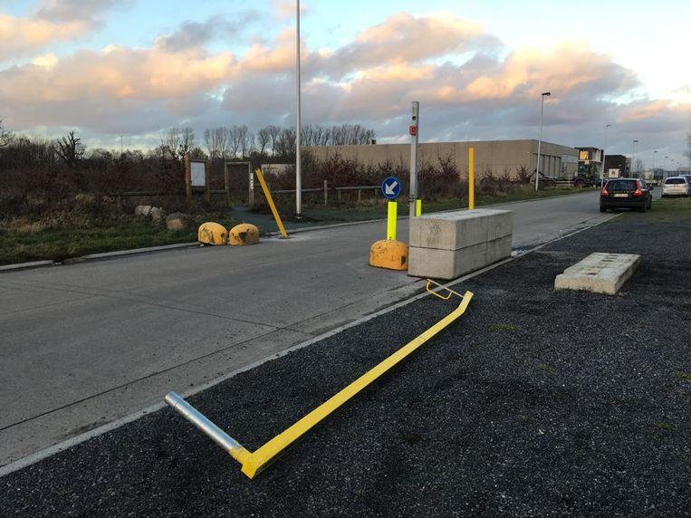 De hoogteregelaar in de Nieuwestraat wordt volgende week hersteld met extra betonblokken.