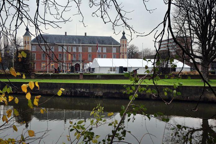 BREDA - Op het parade-terrein van de KMA is een grote witte tent neergezet.
