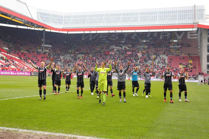 De spelers van Vfr Aalen vieren feest in het stadion van Kaiserslautern.