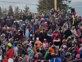 Toeristen opeengepakt in Roemeens skioord