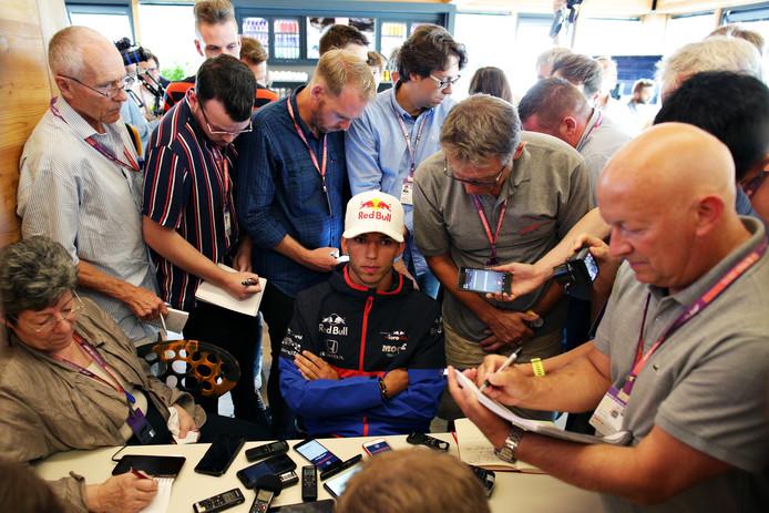 Pierre Gasly praat met de media.