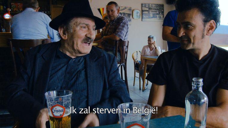 De hoofdrolspeler spreekt profetische woorden, op café met filmmaker Perrotti.