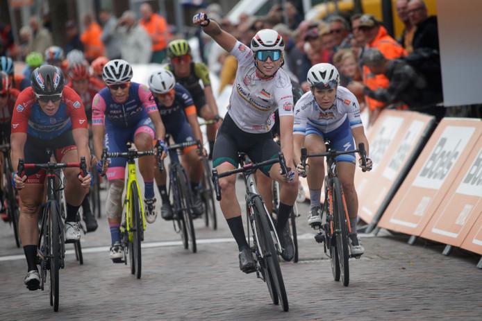 Kirsten Wild (geheel links) ziet Lorena Wiebes ook de tweede etappe in de Boels Ladies Tour winnen. De geboren Almelose eindigt tweemaal op rij als tweede.