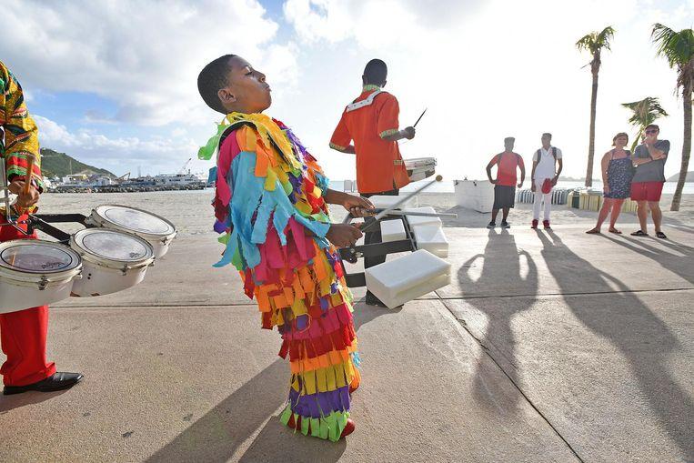 Een drumband verwelkomt bezoekers. De kust van Sint Maarten, de toeristische rand om het eiland, begint haar glans te herwinnen. Beeld Guus Dubbelman / de Volkskrant