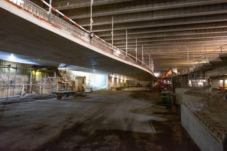 De rijbaan lijkt te zweven doordat die met een ijzeren constructie aan de dwarsbalken van het Operaplein werden bevestigd.