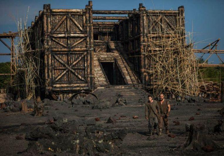 Russell Crowe (rechts) als Noach in de film 'Noah', met de ark in aanbouw. Beeld Niko Tavernise