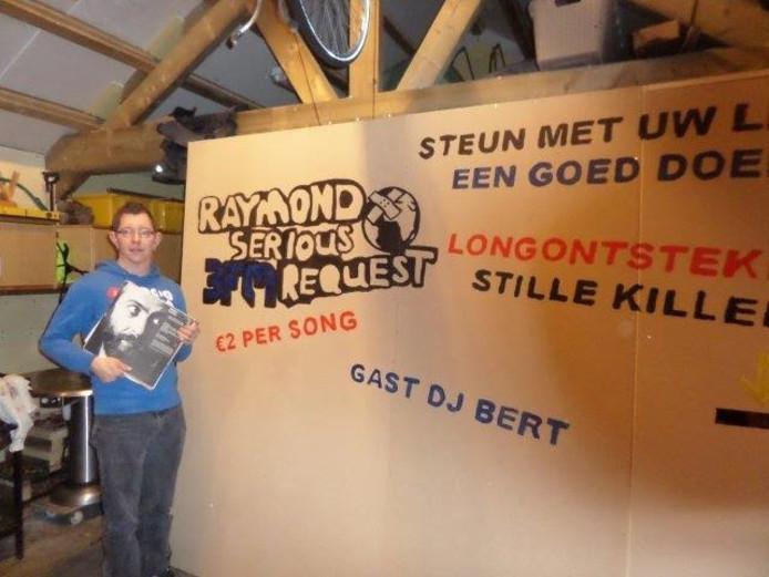 Raymond voor een wand van het Glazen Huis.