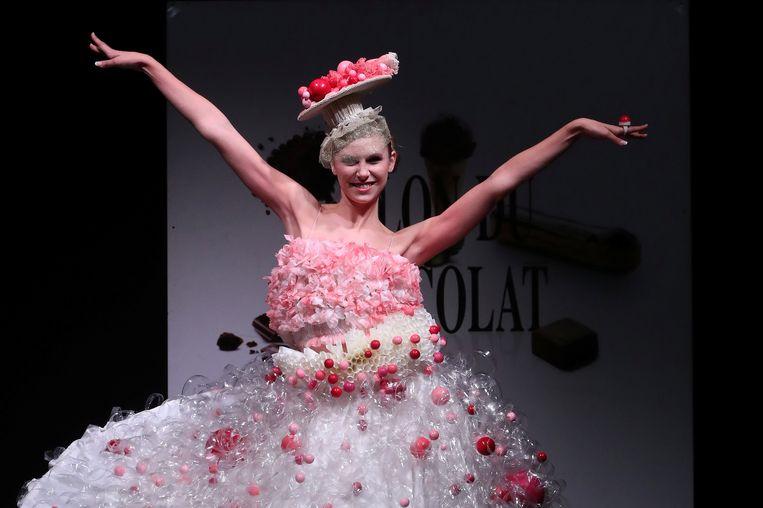 Een model in een jurk bezet met pralines op het Chocoladesalon.