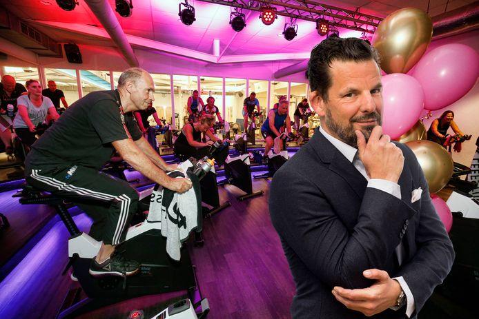 Gyms en sportscholen waren 3,5 maand dicht vanwege het coronavirus. Gisteren mochten de deuren weer open. De Mix Fitness en Leefstijl in Nieuwegein was er vroeg bij. Inzet: Jerry Goossens.