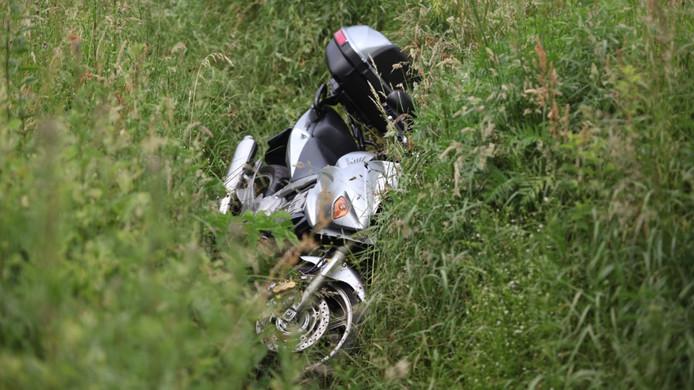 Op de weg tussen Gilze en Alphen belandde deze motor na een ongeluk tientallen meters verderop in een sloot.