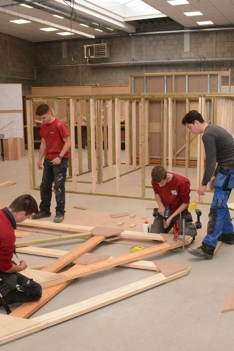 De leerlingen houtbewerking kunnen voortaan in een nieuwe schrijnwerkerij de stiel leren.