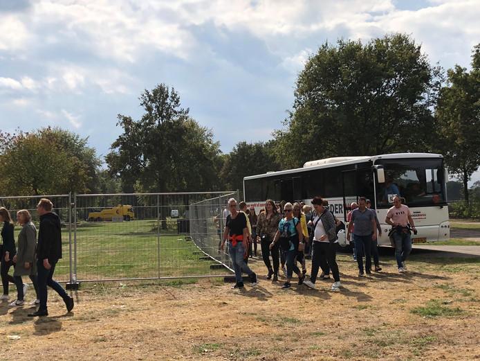 Bezoekers moesten tot wel tweeënhalf uur wachten op een pendelbus die hen naar het festivalterrein moest brengen.