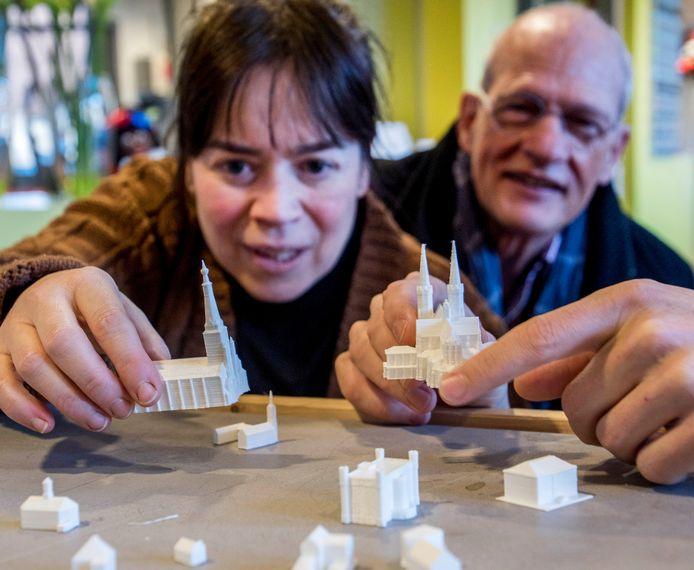 Projectleider Sakia Dellevoet laat de modellen zien.