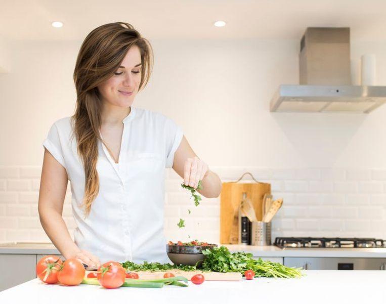 """Karolien Olaerts schreef """"Gewoon Gezond"""", een boek over eten volgens je buikgevoel, zonder gekke hypes"""