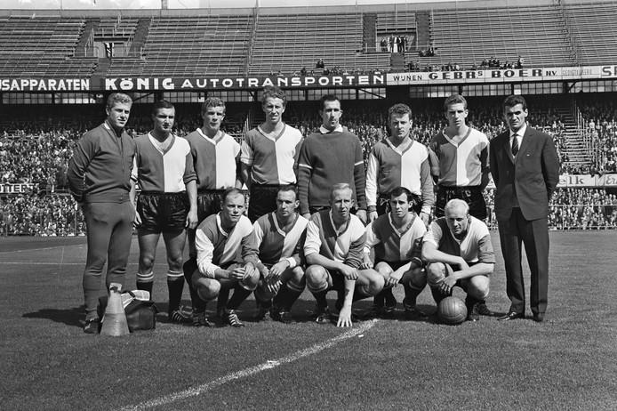 Het elftal van Feyenoord in 1963. Kreijermaat staat als derde van rechts.
