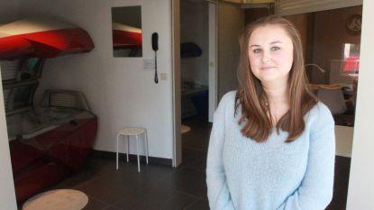 """Caitlin is pas 19 jaar en opent eigen schoonheidssalon: """"Iets later gestart door lockdown, meteen gezellig druk"""""""