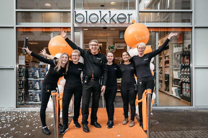 Blokker heropende vrijdag 28 april een vernieuwd filiaal op de Oudestraat in Kampen. Het stoffige logo met de letters in oranje blokken heeft plaatsgemaakt voor een veel eigentijdsere stijl.