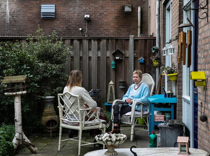 Buurtbewoners klagen over het lawaai van de afzuiginstallatie van pizzeria Papa John's aan de Kleine Berg. In de tuin van Margriet Aukes (rechts) is een normaal gesprek amper nog mogelijk.