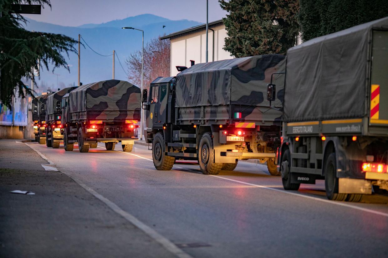 Legervoertuigen worden ingezet om de lichamen van overleden slachtoffers te vervoeren.
