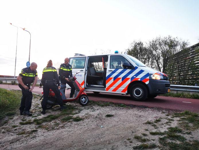 Archieffoto van agenten die in Nijmegen een brommer in beslag nemen na een achtervolging.