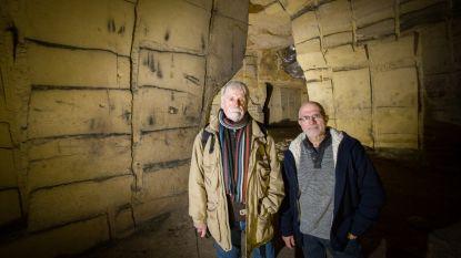 """Grottenexperts met boek over opschriften en tekeningen in """"De Grote Berg"""""""