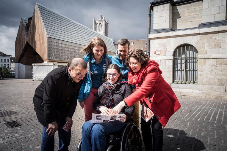 Schepenen Resul Tapmaz (l.) en Annelies Storms (r.) tonen Joke van der Auwera (in rolstoel) samen met Delphine Colle en Jochen Moerman van JCI graag de weg.