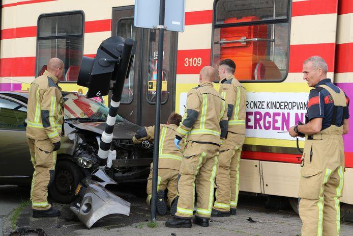 Bij een aanrijding tussen een auto en een tram aan de Laan van Wateringse Veld in Den Haag is er iemand gewond geraakt.