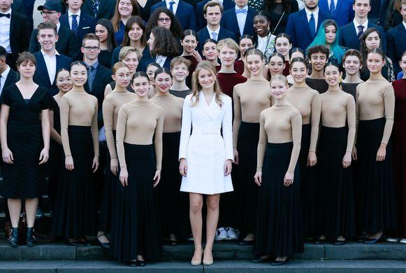 Kroonprinses Elisabeth poseert met dansers na de ceremonie.