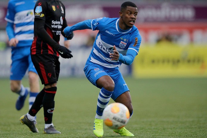 Kenneth Paal namens PEC Zwolle in actie tegen Excelsior.