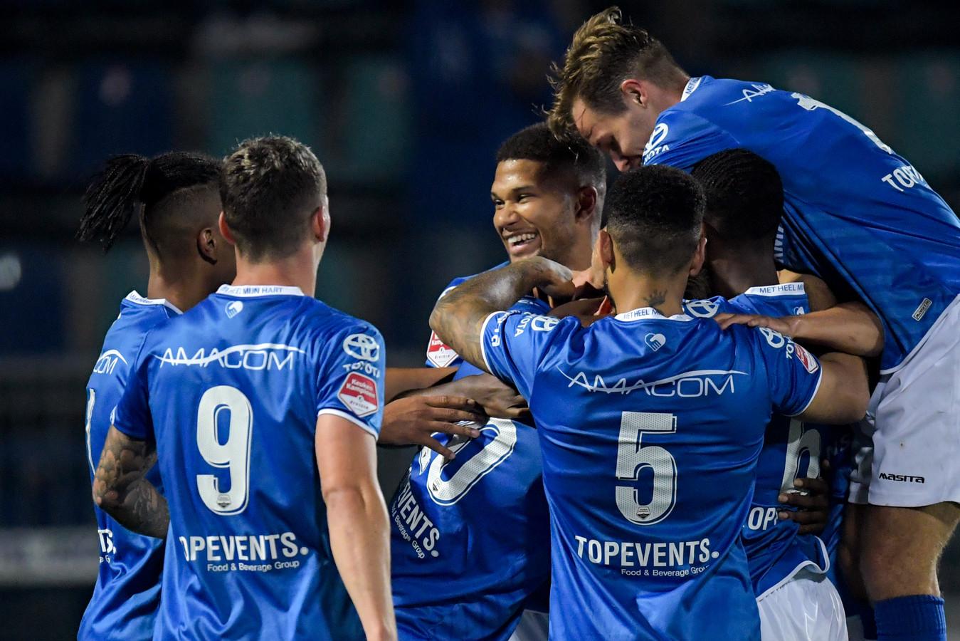 De spelers van FC Den Bosch vieren een doelpunt tegen MVV.
