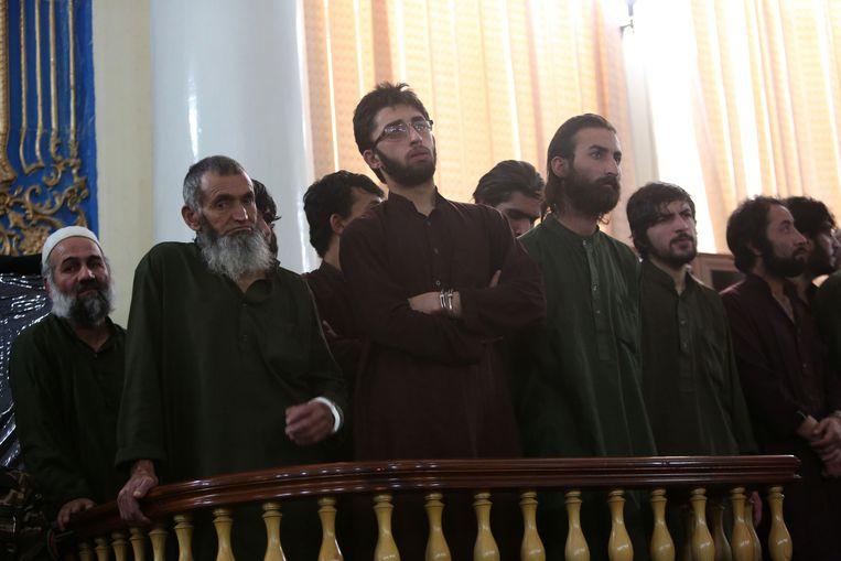 Een aantal van de verdachten. In totaal werden 49 personen verdacht van betrokkenheid bij de wrede moord op Farkhunda.