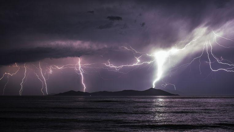 Natuurrampen zullen bijdragen tot het einde van de wereld. Hier zien we hevig onweer boven het Griekse eiland Pserimos.