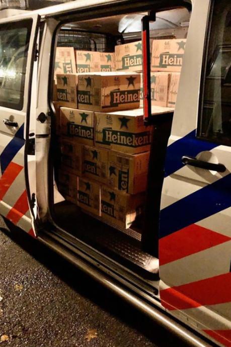 Politie neemt 5856 flesjes bier in beslag: 'Alleen bitterballen ontbreken nog'