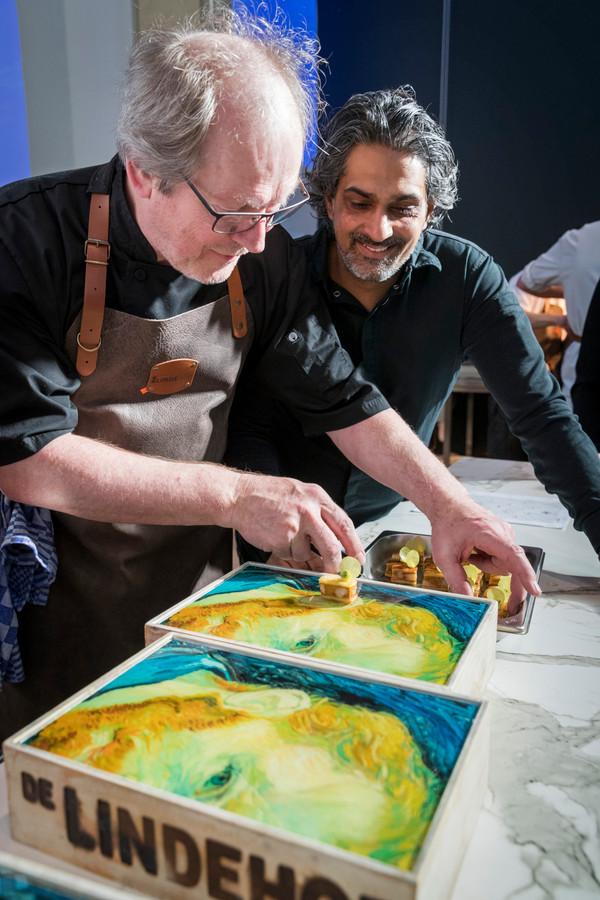 Soenil Bahadoer (rechts), 2-sterren chef van De Lindehof in Nuenen, met Rob Schoonen aan het werk in Den Bosch, geïnspireerd door Vincent van Gogh.