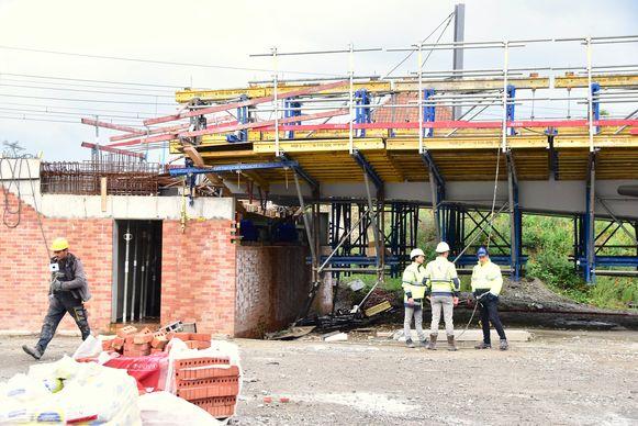 De laatst gegoten betonstrook (links boven op de foto) maakte zich aan de kant van het station los van het oplegtoestel.