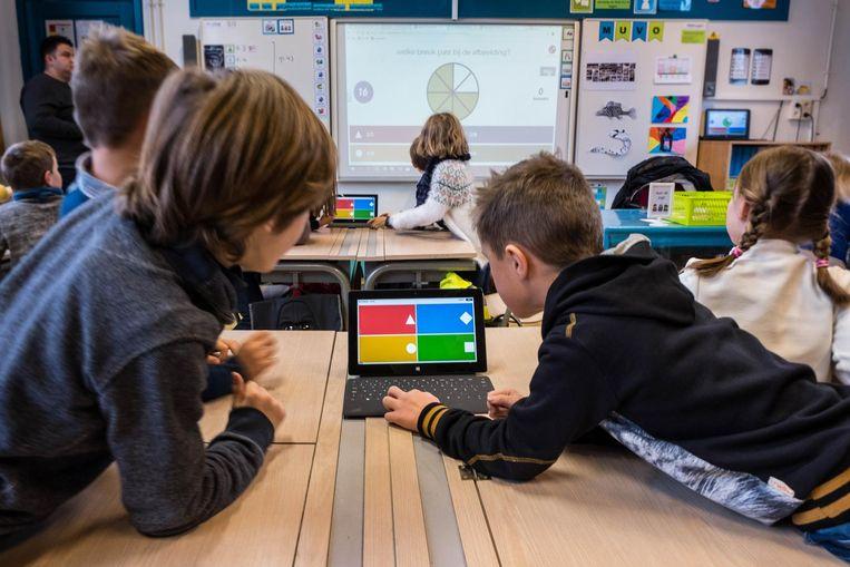 In het derde leerjaar van de Kringeling in Hever werd de hele dag geleerd met behulp van de tablet.