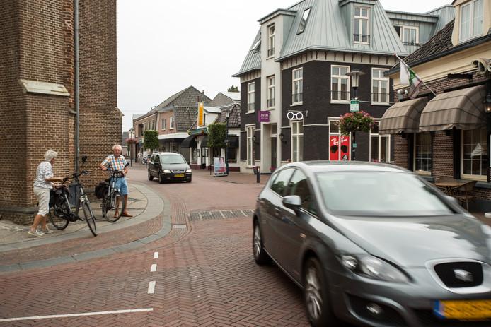 In de smalle Dorpsstraat moeten fietsers goed uitkijken.