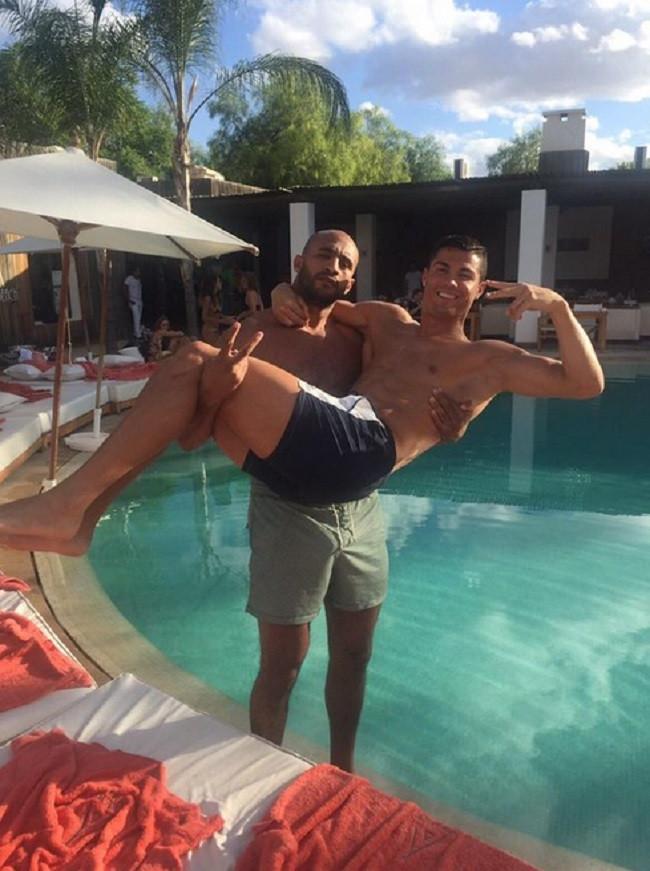 Cristiano Ronaldo s'est découvert une passion pour le Maroc. Dès qu'il a du temps libre, CR7 n'hésite jamais à traverser la Méditerranée et passer du bon temps en compagnie du célèbre kick-boxeur Badr Hari.