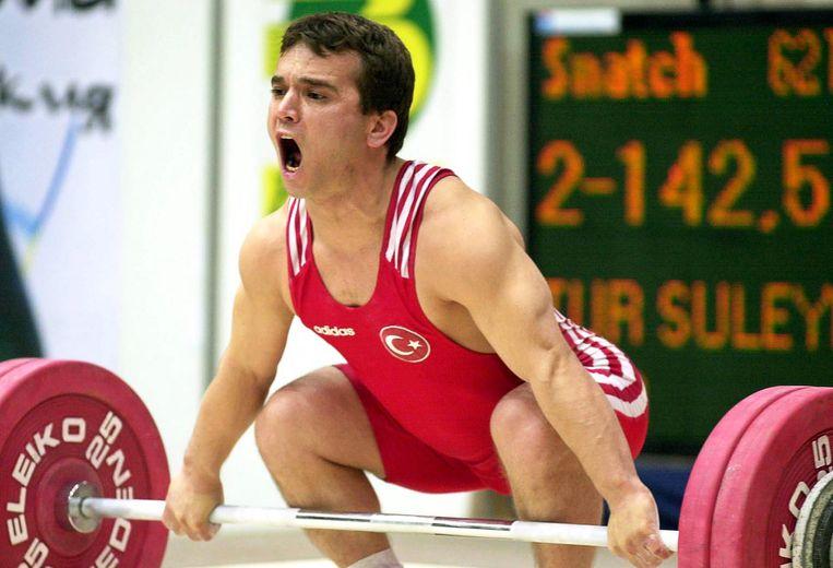 Naim Süleymanoglu tijdens de Europese Kampioenschappen gewichtheffen in Bulgarije, 26 april 2000 Beeld epa